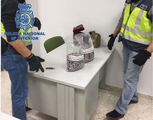 La Policía Nacional detiene a un hombre que portaba más de 600 bellotas de hachís en su vehículo