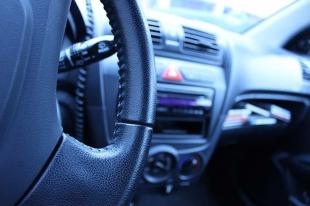 Roban en el interior de un vehículo estacionado en Juan Carlos I