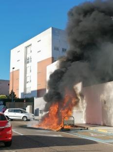 Los bomberos sofocaron este sábado el incendio originado en unos contenedores