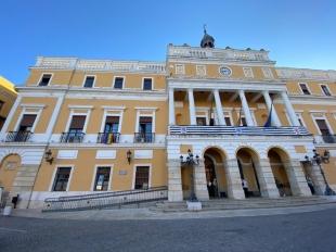 El ayuntamiento colgó la bandera LGTBI en la fachada del Consistorio