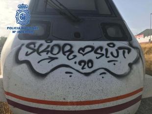 Policía Nacional detiene a dos jóvenes mientras realizaban pintadas en unos vagones de tren