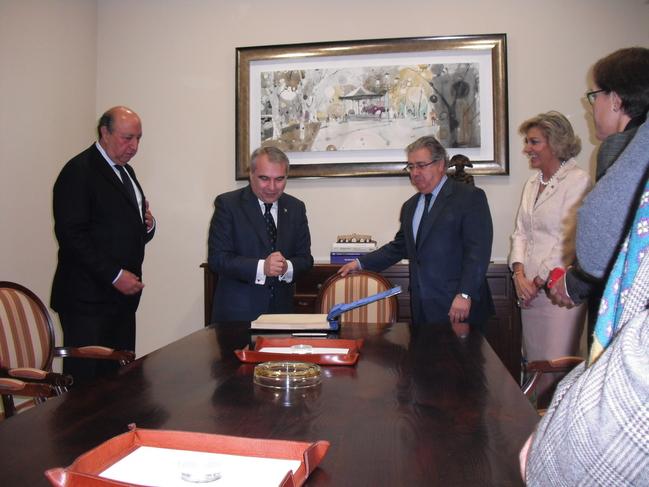 El ministro del interior visita el ayuntamiento de badajoz for Foto del ministro del interior