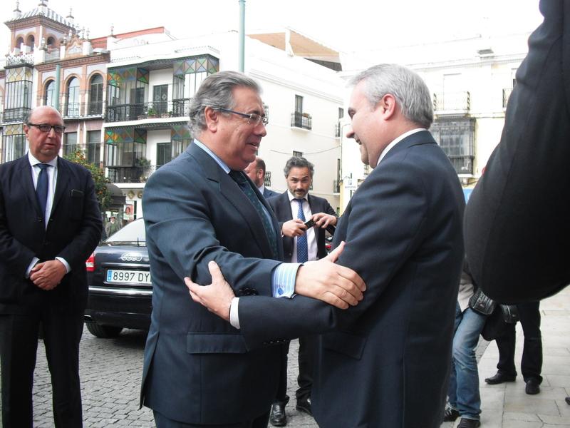 El ministro del interior visita el ayuntamiento de badajoz for El ministro de interior