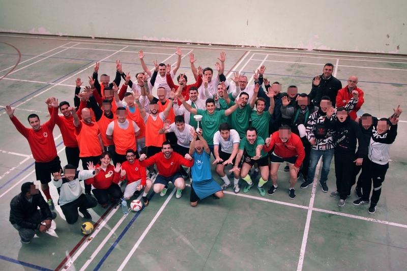 Unos 60 internos del Centro Penitenciario de Badajoz participa en una jornada deportiva con voluntarios de 'La Caixa'
