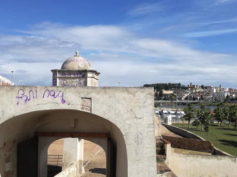 Denuncian los grafitis en el hornabeque del Puente de Palmas