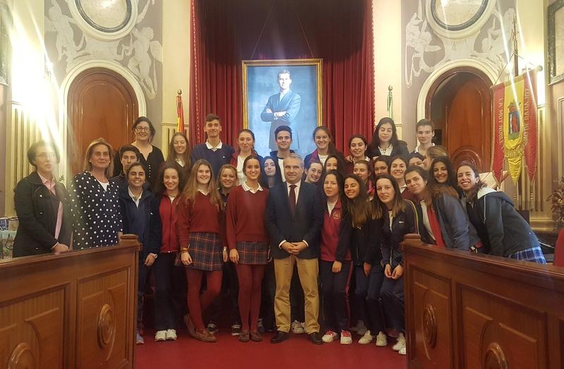 Fragoso recibe a 30 alumnos del Colegio 'Sagrada Familia' que participan en el proyecto Euroscola