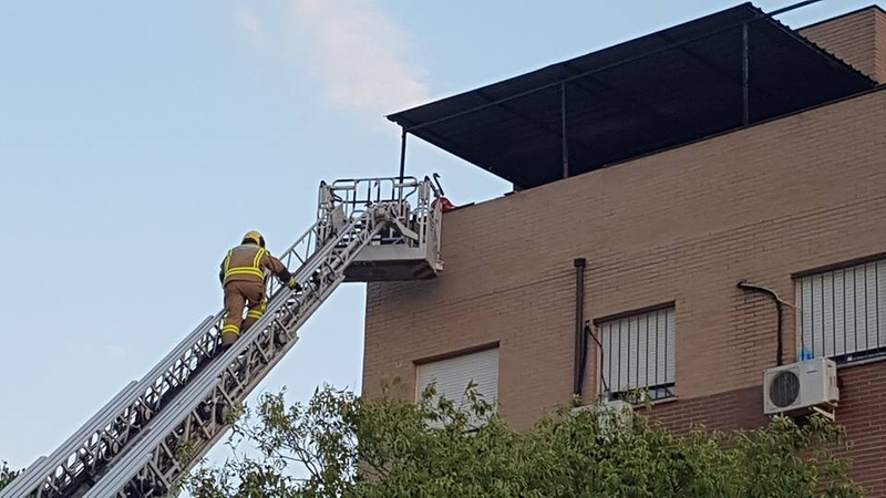 Un incendio en Ronda Norte obliga a desalojar a los vecinos de un bloque