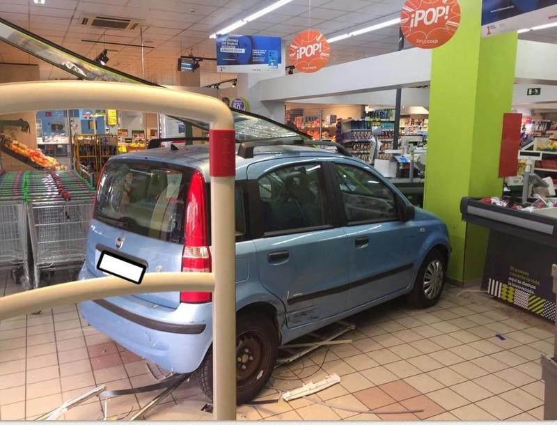 Un vehículo choca contra la puerta de un supermercado en Badajoz, sin causar heridos