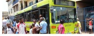 Un autobús urbano de Badajoz recorre Freetown (Sierra Leona) para atender a menores que viven en las calles
