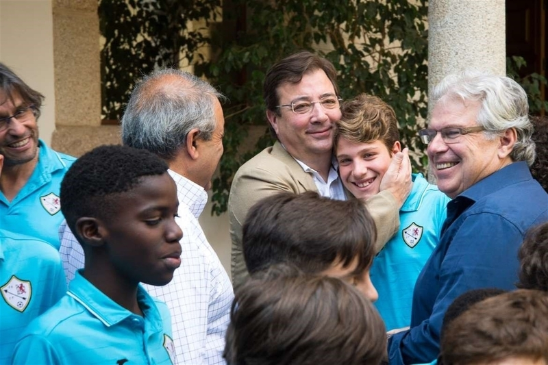 El presidente de la Junta recibe al Club Polideportivo Flecha Negra de Badajoz
