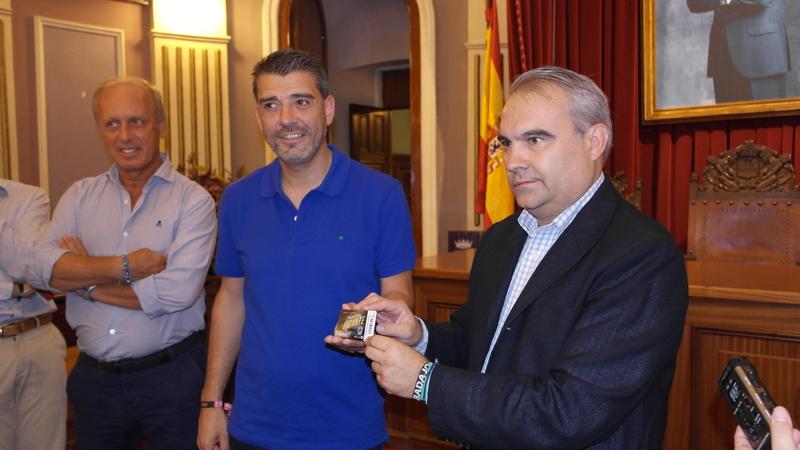 El alcalde, uno de los primeros abonados al Club Deportivo Badajoz