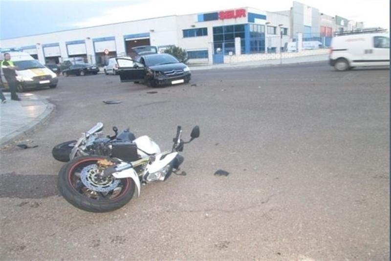 Un motorista resulta herido tras chocar con un turismo en el Polígono Industrial 'El Nevero'