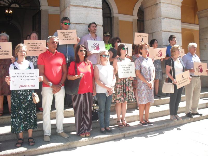 Badajoz rinde un minuto de silencio por la mujer asesinada en Getafe
