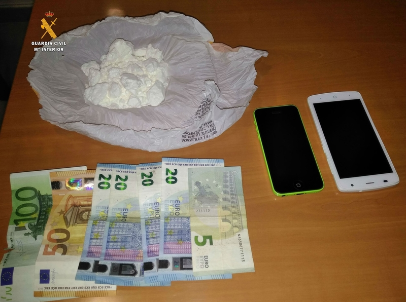La Guardia Civil de Albacete detiene a un vecino de Badajoz que ocultaba en su vehículo 102,5 gramos de cocaína