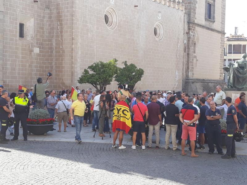 Centenares de personas se concentran en la Plaza de España en apoyo a los efectivos policiales desplazados a Cataluña