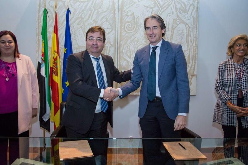 La Junta y Fomento firman un protocolo para que los vuelos desde el aeropuerto de Badajoz a Madrid y Barcelona tengan consideración de OSP
