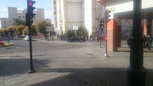 Impactan dos vehículos en la rotonda de la Plaza de Minayo