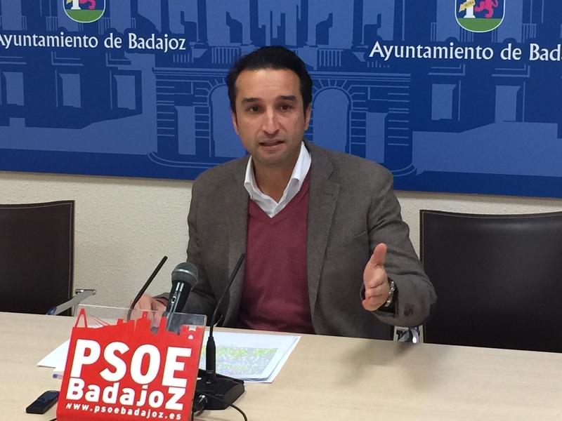 Cabezas invita al alcalde a salir del despacho y descubrir lo ''mal'' que están las calles de Badajoz