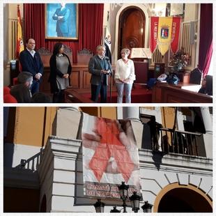 La fachada del consistorio luce un gran lazo que simboliza la lucha contra el sida