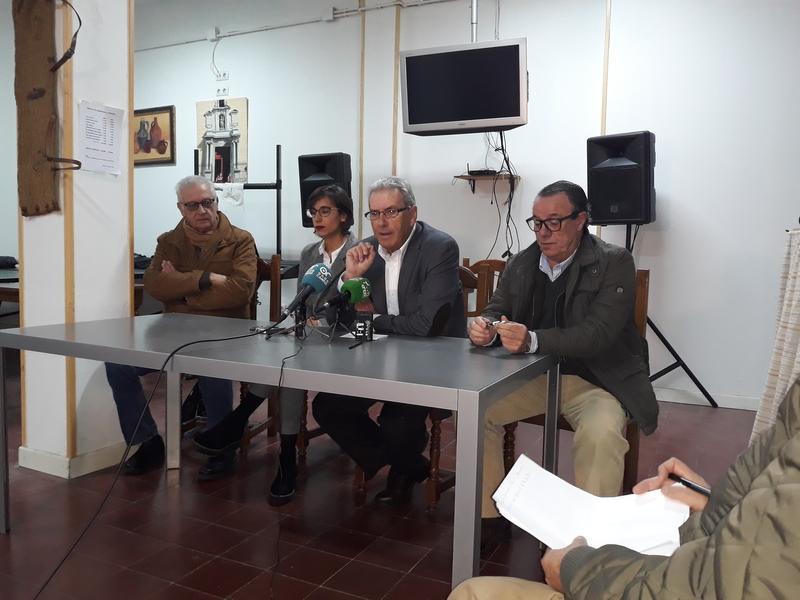 La joven pacense Laura Guisado recupera información histórica de todas las Hermandades de Badajoz