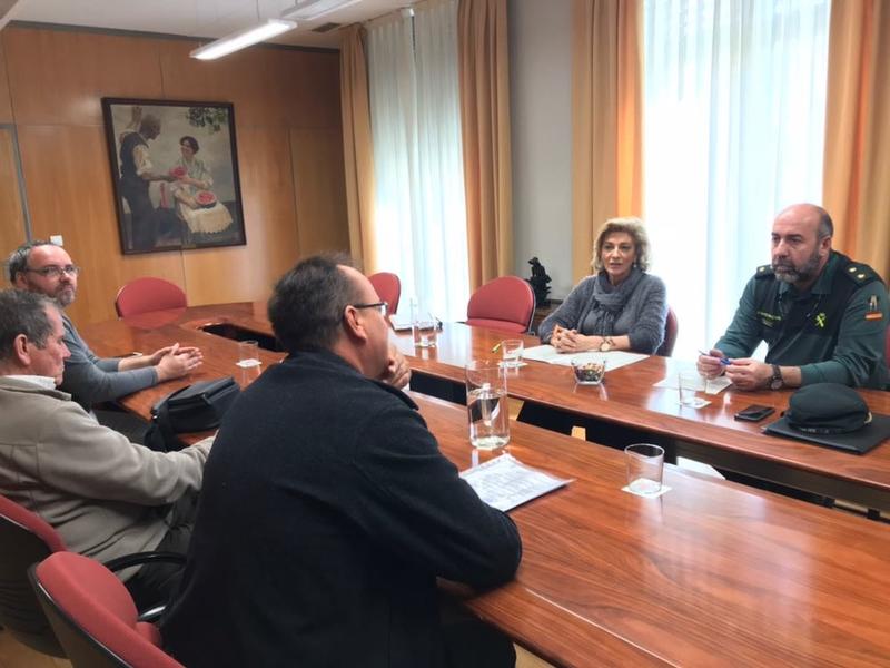 Cristina Herrera traslada a vecinos de Suerte de Saavedra los trabajos para el traspaso de viviendas ocupadas