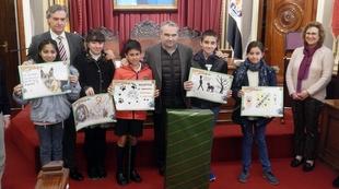Cinco niños premiados en el 'Concurso de Dibujo sobre Mascotas' del Ayuntamiento