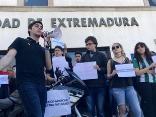 Los alumnos de la Facultad de Documentación reclaman poder aparcar en su puerta