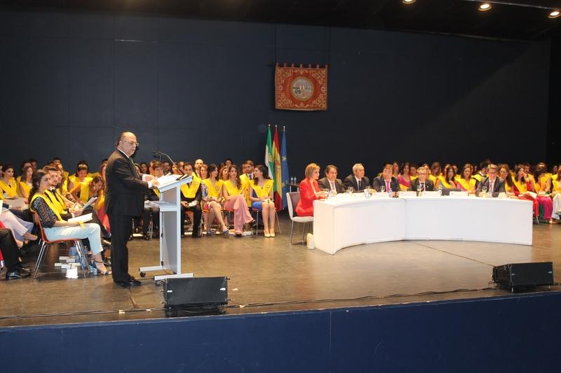 El presidente del Colegio de Médicos de Badajoz pide humanidad, ética y ciencia en la graduación de Medicina