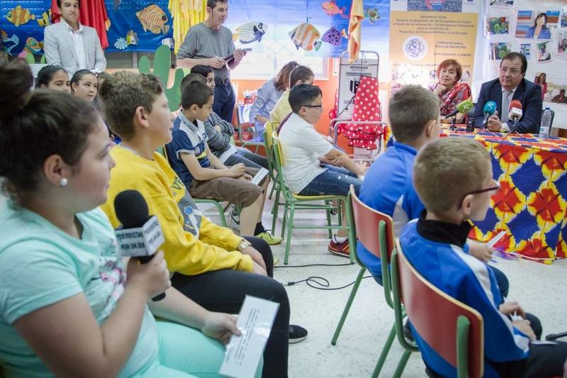 Fernández Vara responde a preguntas de escolares en Badajoz