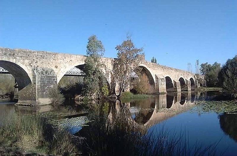 La Asociación Amigos de Badajoz se interesa por el Puente de Cantillana sobre el río Gévora