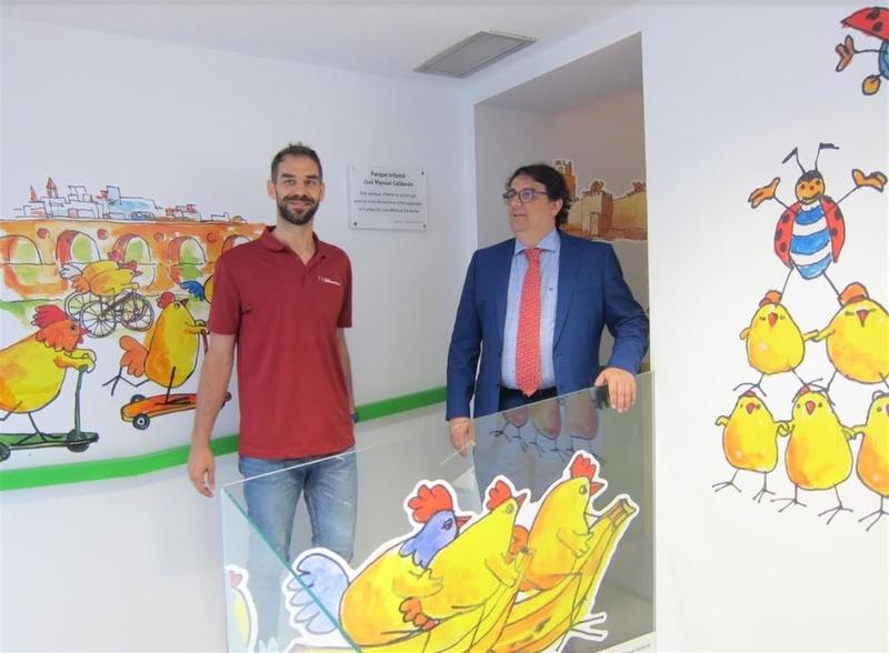 José Manuel Calderón visita el parque infantil del Hospital Materno de Badajoz que lleva su nombre
