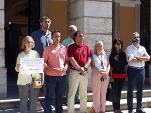 Miembros de la corporación municipal rinden homenaje a la última víctima de violencia de género