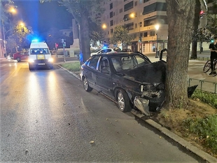 Cuatro jóvenes heridos al empotrarse un coche contra un árbol en Badajoz