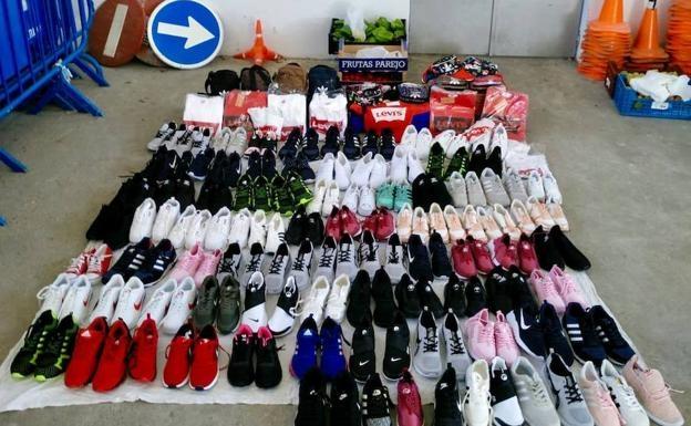 Detienen a un individuo que falsificaba prendas deportivas en el mercadillo de Badajoz
