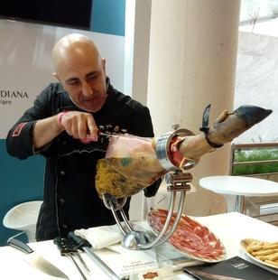 El Corte Inglés de Badajoz acoge un curso intensivo de cortador de jamón