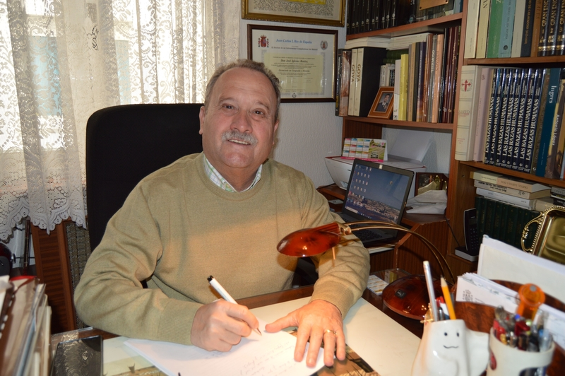 El poeta extremeño José Iglesias Benítez repasa su obra poética en la Sala de Ámbito Cultural este lunes
