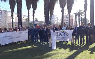 Badajoz recuerda a las víctimas del terrorismo en la rotonda de los Corazones