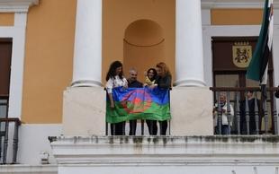 Cuelgan la bandera del Pueblo Gitano en el Ayuntamiento de Badajoz