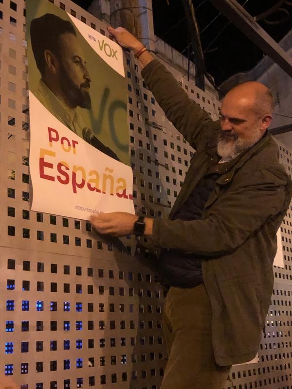 VOX Badajoz arranca su campaña con la pegada de carteles en Mérida