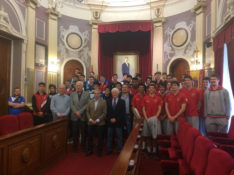 Fragoso recibe a los jugadores del 'XV Torneo Baloncesto Ciudad de Badajoz'