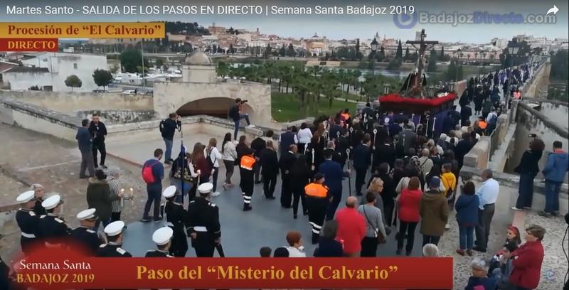 El Calvario de San Fernando atraviesa el Puente de Palmas ofreciendo una de las imágenes más bellas de esta Semana Santa