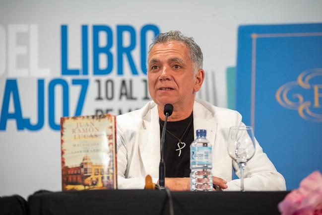 El periodista, Juan Ramón Lucas, llega a Badajoz con su obra La maldición de la casa grande