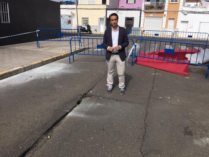El PSOE denuncia que una calle principal de San Roque lleva tres meses cortada al tráfico