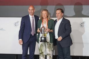El Santa Teresa Badajoz recibe la copa de campeón 2018/2019 en Madrid