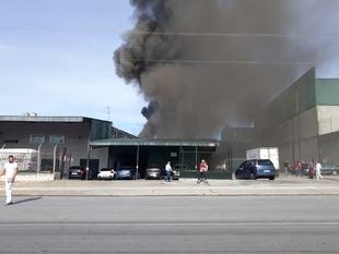 Bomberos de Badajoz sofocan en estos momentos un incendio en una panificadora