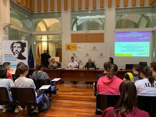 Estudiantes de Badajoz participaron hoy en una charla coloquio en la Delegación del Gobierno