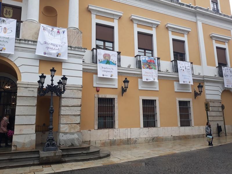 Durante una semana la fachada del ayuntamiento expone los Derechos del Niño dibujados por escolares de Badajoz