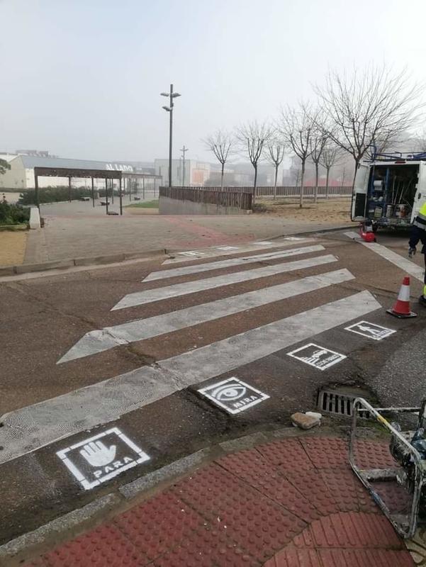 Policía Local señaliza más de cien pasos de cebra para personas con autismo