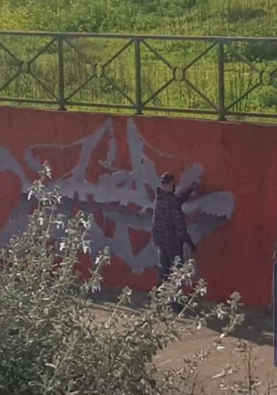 Sorprenden a un joven haciendo graffitis en los márgenes del  Rivilla