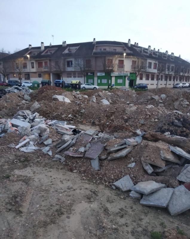 El Grupo Socialista denuncia una nueva escombrera junto a la barriada de Llera